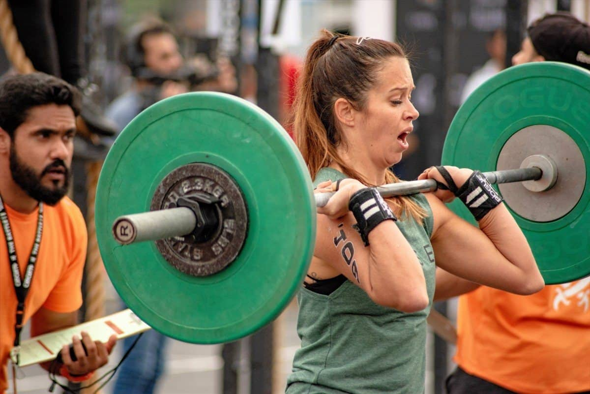 Female CrossFitter powerlifting in WOD